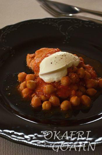 シンプルなチキンのトマト煮込みをひよこ豆を入れて栄養たっぷりに。マスカルポーネチーズを添えることで、一気に特別感もアップ♪
