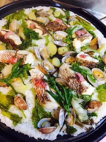 お祝いの日に海鮮のうまみがたっぷりしみ込んだ桜鯛飯はいかがでしょう。 みんなで取り分けて食べられるので、ホームパーティーにもおすすめです。