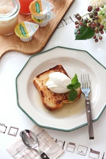 こんがり焼いたトーストに、マスカルポーネとハニージンジャーソースをのせただけ。トーストはフライパンで焼くと、カリカリに。フォークとナイフを添えれば、とっても簡単なのに、とてもリッチなおやつになります。