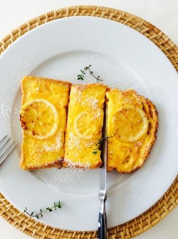 ちょっぴり食欲のない時でも、レモン味のフレンチトーストならさっぱり食べられます。ギリシャヨーグルトで作ればヘルシーな仕上がりになる上、レアチーズのような酸味も感じられる、まさに夏にぴったりのおやつです。