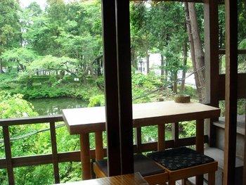 北鎌倉の駅前にありながらも、円覚寺の白鷺池を眺めながら会席料理を楽しめる「円」。建物の2階にある16席のこじんまりとしたお店です。お庭を楽しむなら、ランチが良いかもしれませんが、ディナーも風情があって素敵です。