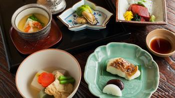 名店【辻留】で修業を積んだ店主と2代目が創る日本料理を肩ひじを張らずに楽しめます。あじさいの季節は込み合いますので、ランチも予約した方が確実ですね。