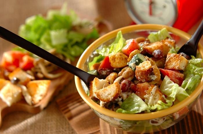 """今日本でも大人気のNY発""""チョップドサラダ""""。お野菜を小さく切って混ぜて食べる新しいサラダです。サラダにあわせるには、ささみのあっさり味が弱点。しっかりと下味がつけてあります。たっぷり使うしめじはオリーブオイルで炒めて旨みを。また、野菜だけではもの足りないときにはパン(バタール)をプラスするのもいいですね。"""