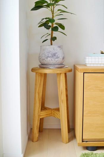 部屋にある他の家具と合わせて、隙間を活用できる便利さが嬉しい。 テレビ台の横に観葉植物を飾ると、部屋の雰囲気も明るくなります。