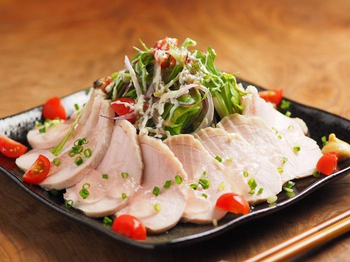 とってもジューシーな蒸し鶏をたっぷりと盛り付けました。この蒸し鶏は炊飯器で作っているんですよ。味付けをして下準備した鶏肉をポリ袋に入れ、炊飯器の保温機能で一時間。手軽にできますが味は本格的!サラダによく合います。