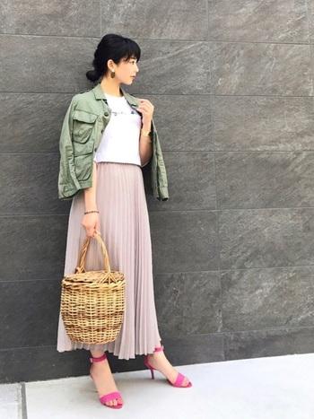 フェミニンなスカートに、シンプルなロゴTシャツは、程よい抜け感をプラスしてくれます。甘さを爽やかに引き締めてくれます。