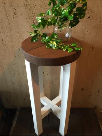 木の丸椅子に観葉植物のナチュラルな雰囲気がぴったり。 緑一色の植物がおすすめです。