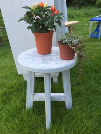 部屋だけでなく、ガーデニング好きなら、家の外にも。 丸椅子に置くだけで、鉢植えも一気におしゃれになりますよ。