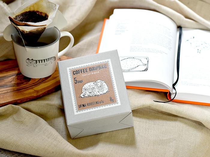 ドリップパックなら簡単に淹れたてのコーヒーが楽しめます。こちらは、カフェインレスコーヒーです。パッケージに描かれるのは、豆の原産国に住む動物。ユニークなアイディアに思わず癒されます。