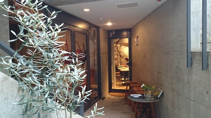 安藤忠雄建築のビルの地下にある、隠れ家的なカフェ。少し分かりにくい場所にあるので、見逃さないでくださいね。