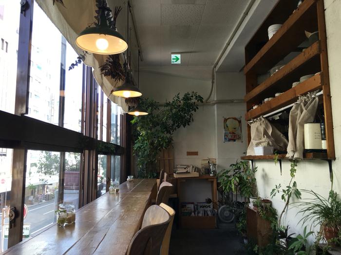 観葉植物が所々に飾られたナチュラルな雰囲気の店内。