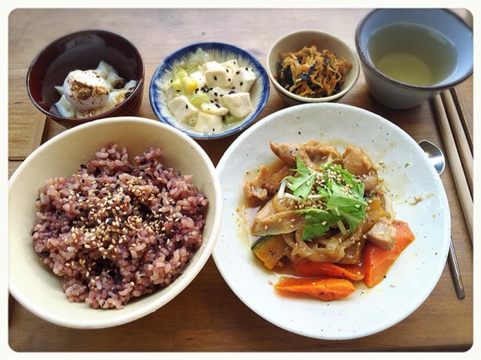 本日のおかずとお惣菜2品、古代米入り玄米、デザートが付いた日替わりランチ。お米は島根県松江市の全農薬玄米に黒米を入れて炊き上げています。野菜たっぷりで体に優しそうですね♪