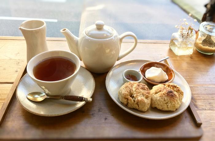 こちらはスコーンセット。北海道産の小麦粉と鹿児島県喜界島のコクのあるきび糖を使って、シンプルに焼き上げています。紅茶もオーガニックですよ。