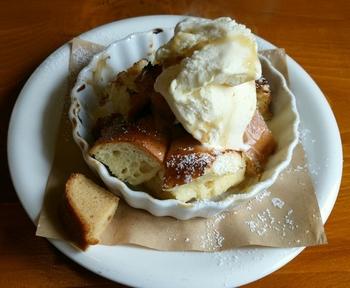 定番スイーツは、バゲットのフレンチトースト、バニラアイス添え。熱々のフレンチトーストと冷たいバニラアイスが絶妙に絡み合い、とってもおいしいですよ。