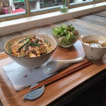 ふわふわ天津風丼のランチ。豆腐やおから、ひじきなど、女性に嬉しいヘルシーな食材がたっぷり。甘酸っぱいあんが食欲をそそります。サラダも付きますよ。