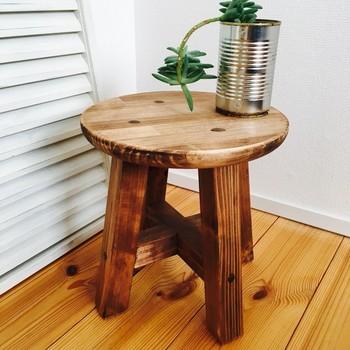 丸椅子と植物と缶の少しアンティークな雰囲気がおしゃれ。 観葉植物を置くなら、植物をなにに入れるかも考えたいですね!
