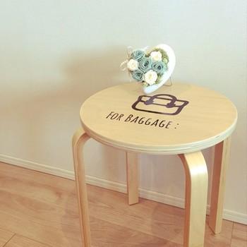 飾り場所に困った飾り物も、丸椅子に置けばよりおしゃれに。 アイテム1つだけでなくても、いろいろと飾りつけを楽しんでみても良いかもしれません。