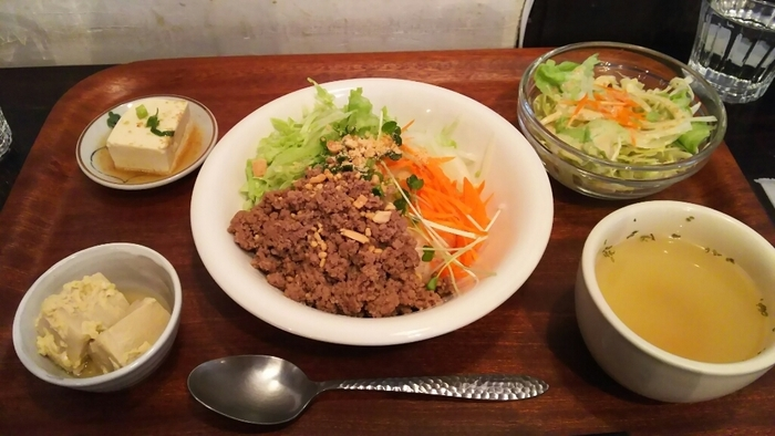 ベトナム混ぜゴハンランチは、ぜひ試していただきたい一品。レモングラスの爽やかさがクセになります!