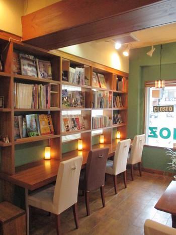 アート集や雑誌など、素敵な本がずらっと並んでいる店内。