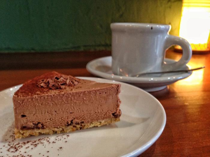 ラムチョコチーズケーキとコーヒー。手作りスコーンも美味しいですよ。