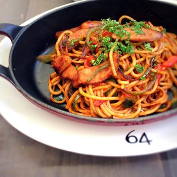 名物は、スパゲッティナポリタンランチ。太めの麺にちょっと甘めのトマトソースがよく絡む懐かしい味わいです。