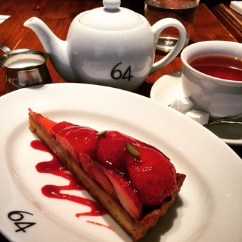 パティスリー・トゥーストゥースのケーキがいただけます。コーヒーは、64ブレンドのNo2をぜひ!香りが良く、スッキリしていて飲みやすいですよ。