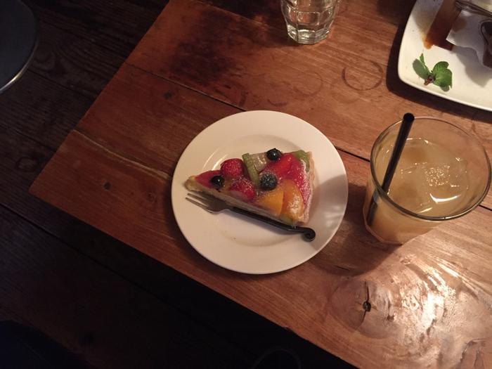 フルーツたっぷりのタルトが絶品!冷たいバニラアイスに熱々のエスプレッソをかけて食べる、コーヒーアフォガートも人気です。