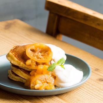 ふわふわのパンケーキに、季節のフルーツを使ったソースが相性ぱっちりです。