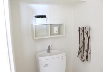 ただでさえ狭いトイレこそ「壁に付けられる家具」の出番です!トイレットペーパー置きや、ディフューザー置きにしても◎。限られたスペースを活かして、おしゃれな棚が簡単に作成できます♪