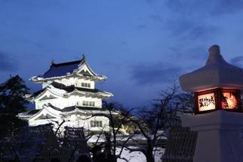 弘前公園で2月に行われる「弘前城雪燈籠まつり」は青森県弘前市で開催される、四大まつりのひとつ。  雪まつりとしても人気のある弘前城雪燈籠まつりは、市民や団体が製作する武者絵をはめ込んだ雪燈籠や、多数のミニカマクラ群が連なる光景が幻想的な雰囲気を演出しています。