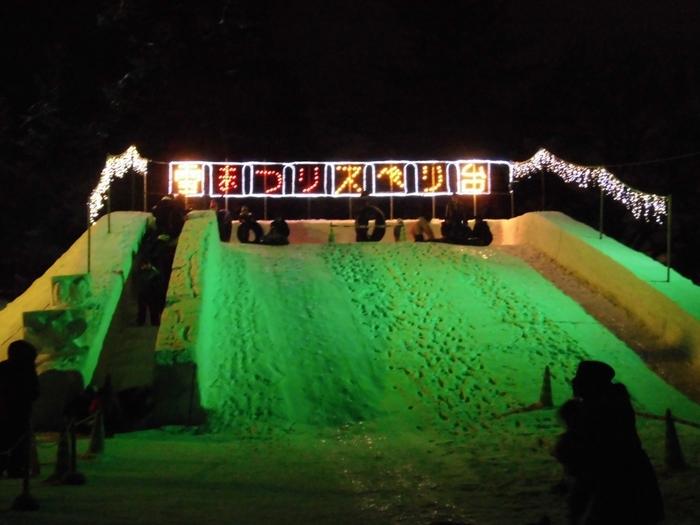 メイン会場の四の丸には大雪像や大型滑り台、シャンシャン馬ソリなど雪遊びを楽しむイベントも多数あり、ステージではライブなども行われます。  雪祭りと灯篭祭りと同時に楽しめるお祭りとしてもおすすめです。