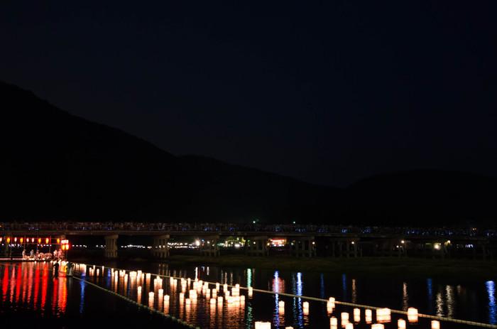 8月16日(日没から21時)、渡月橋南詰め 嵐山公園にて、行われている精霊送りの行事。