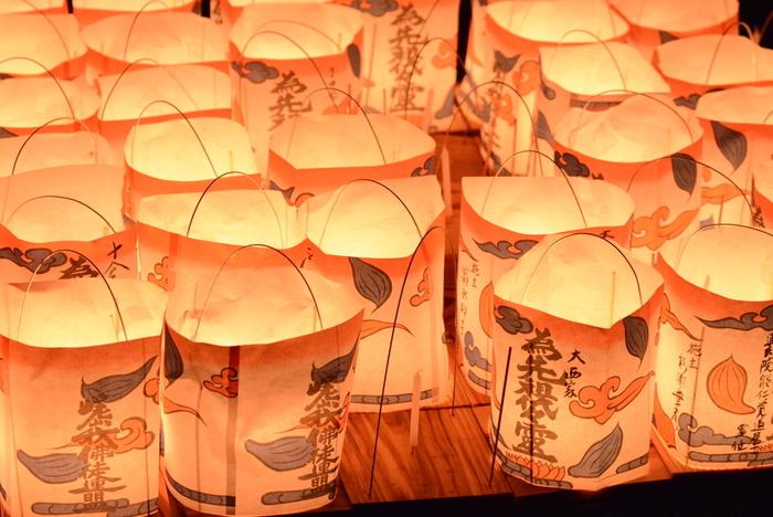日没ごろより、嵐山公園で法要が行われた後、灯篭流しで先祖の霊を送ります。 また、大文字五山送り火の当夜にあたり、鳥居型の送り火も眺められることでも有名です。