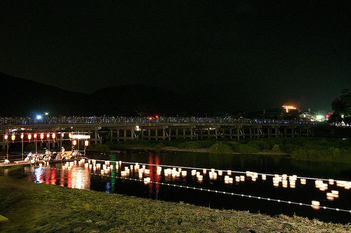 山に映し出された鳥居型と、水辺に漂う灯篭… 夏の風物詩ともいえる景色は圧巻です。