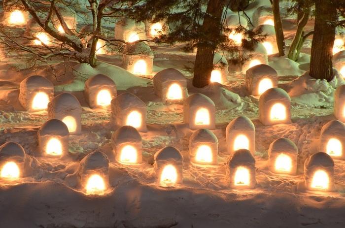 雪燈篭・雪像にライトが灯されるのは、夕方16:30~ 夜にはそれらすべてに灯が入り、特別照明とともに園内は、とても美しい世界に包まれます。