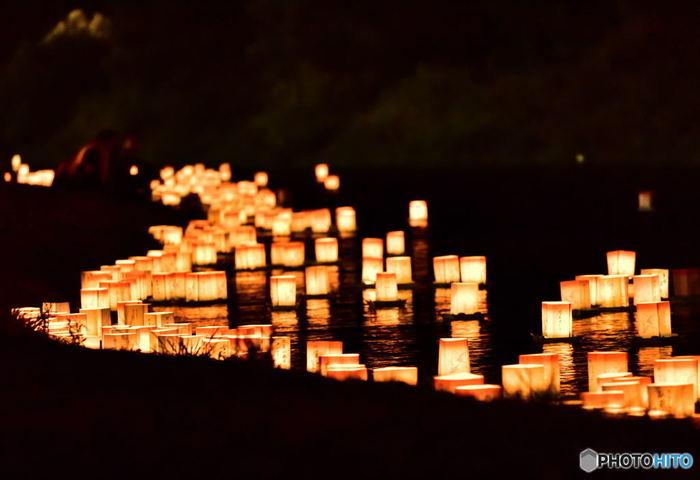 福井県永平寺町で行われる九頭竜フェスティバル「永平寺大燈籠ながし」は、九頭竜川に約1万個の燈籠が流され、同時に花火も楽しめるという、何とも美しい光の世界を満喫できます。  曹洞宗大本山永平寺の役寮や雲衲衆、約150名による読経が営まれた後、 先人たちへの愛と感謝、供養の想いを込めて流される約1万個の燈籠はまさに圧巻…。