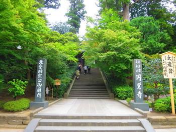 北鎌倉駅を降りて、徒歩1分にあるのは鎌倉五山第2位の円覚寺です。 鎌倉時代の八代執権・北条時宗が、元寇の戦没者を弔うために1282年に開いたお寺です。