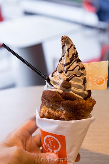 それがこちらの「アラゴスタソフトクリーム」。コーンがちょっと変わっていると思いませんか?イタリアの伝統のお菓子「アラゴスタ」の生地を使っているんです。