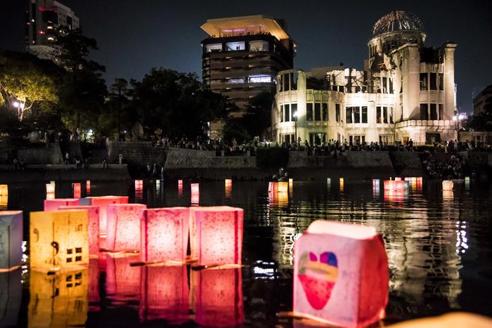 「ピースメッセージとうろう流し」は、8月6日に行われる平和記念式典の夜、原爆犠牲者の冥福と世界恒久平和を祈り、元安川など市内を流れる川に、原爆の残り火を灯した色とりどりの灯籠を約1万個を流すことでも有名な灯篭流しのイベントです。