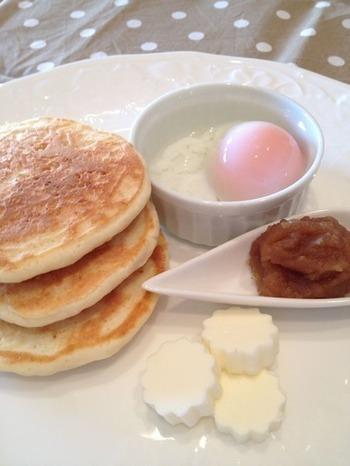 カヤジャムは、カヤトーストにして食べるのが一般的ですが、パンケーキにするのもまた楽しいもの。温泉卵なども添えて、贅沢な朝食のできあがりです。