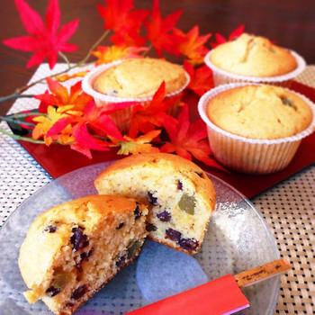 きな粉の風味豊かな、和風のカップケーキ。甘納豆がいっぱいお家にあるけれど、そのまま食べるのも味気ない…そんなときのおやつにぴったりです。いろんな色の甘納豆を入れると、見た目もカラフルに。