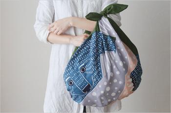 風呂敷は物を包んで持ち運ぶだけでなく、バッグ型にして使うことができます。端を結ぶだけでOKなので使い方も簡単。