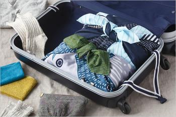 旅行かばんの中で荷物を分けて詰めるのにも風呂敷は活躍してくれます。中身に合わせて大きさを調節できるからとても便利!