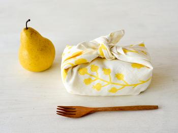 大判ハンカチはお弁当包みに。そのまま広げてランチョンマット代わりにしたり、膝にかけてナプキンとして使ったりすることもできます。