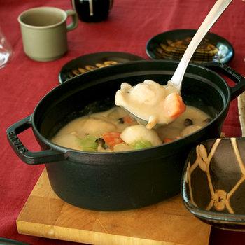 フランスでシェフたちとの共同開発によって生まれた「staub(ストウブ)」のお鍋。フランスでは一般家庭はもちろん、レストランでも広く愛用されています。耐熱性に優れているので、ぐつぐつとお料理の音が聞こえてきそう♪シンプルなデザインも魅力のひとつです。
