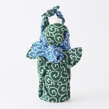 中々ぴったりの袋が見つからないこともあるビンやワインボトル。大きさを調節できる風呂敷なら簡単に包めます。贈り物なら風呂敷ごとプレゼントしても喜ばれそうですね。