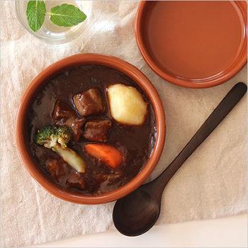 スペインで190年以上にわたって素焼きの鍋や焼き皿を製造している「Regas(レガス社)」が手がける、素焼きの陶器。スペインでは「タパス」によく使われています。煮込み料理やオーブン料理を、そのままテーブルに出せます。サイズも11.5cmから20cmまで幅広く展開されています。