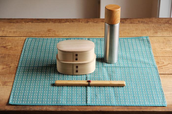 風呂敷は大判ハンカチ同様お弁当包みにもぴったり。運動会やピクニックなどで、重箱を使ったり、お弁当箱が複数あるときにも便利ですね。