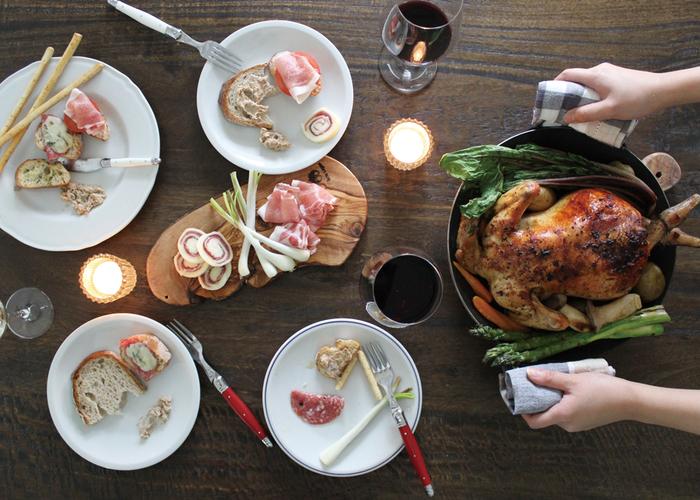 取り皿は、他の食器と相性がいいシンプルで落ち着いた色のモノがおすすめ。お肉や野菜の彩りも引き立ちます。何枚使っても、テーブルの上がまとまるはず♪