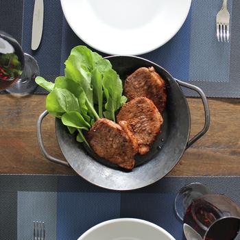 鉄を加熱して鍛造した「turk (ターク)」のグリルパン。両手にグリップがついているので、持ち運びも便利です。底面まで3cmの厚みは、お肉やお魚の出汁がこぼれないのも嬉しい◎ 使えば使うほど、なじみがよくなります。